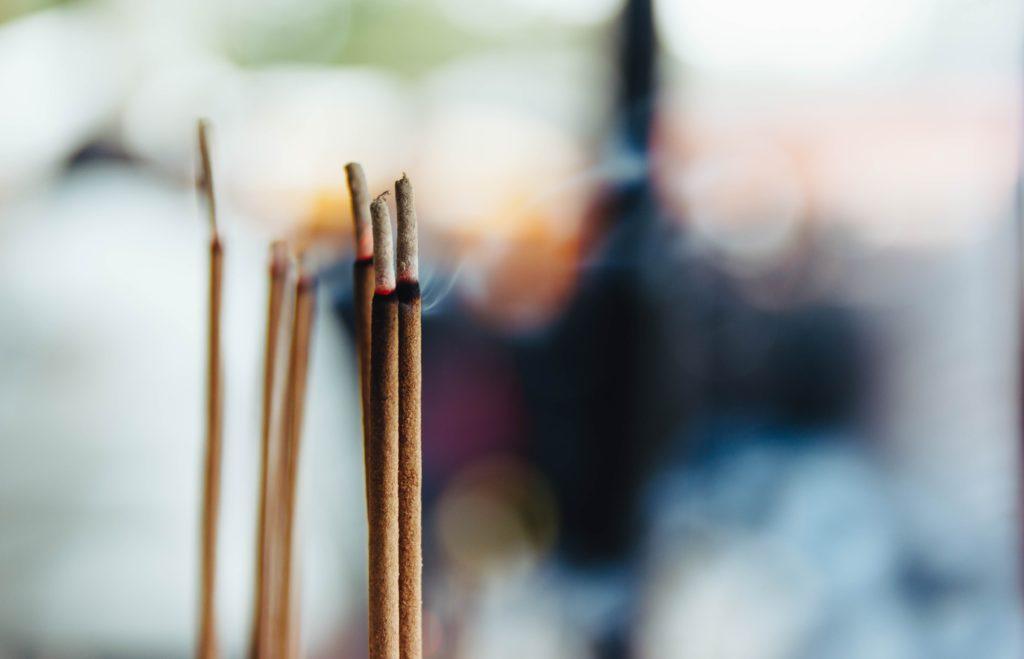 Benzoin Räuchsterstäbchen rauchen im Wind